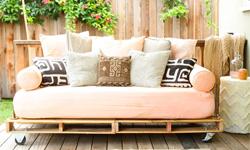 Bauen Sie ein Schlafsofa (Futon) mit Holzpaletten