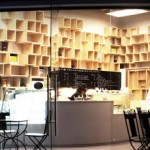 Boutique gourmande à Bangkok avec les étagères intérieures en palettes recyclées