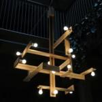 Lampe design avec des palettes en bois