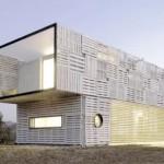 """Maison """"Manifesto"""". Construit avec des conteneurs maritimes et des palettes"""