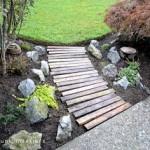 Construisez votre propre chemin de jardin avec des palettes