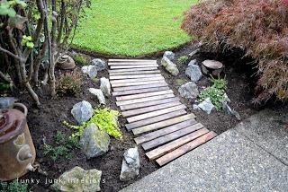 construisez votre propre chemin de jardin avec des palettesmeuble en palette meuble en palette. Black Bedroom Furniture Sets. Home Design Ideas