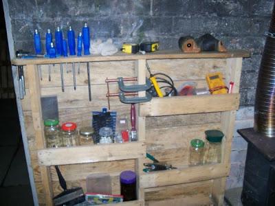 Étagère fonctionnelle pour votre garage faite de palettes