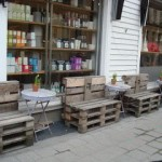 Bancs en bois publiques faites de palettes en bois recyclées à Kristiansand, Norvège