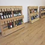 Bureau d'experts du vin meublé avec des meubles de palettes