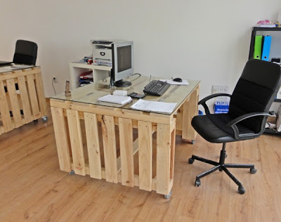Bureau d'experts du vin meublé avec des meubles de palettes2