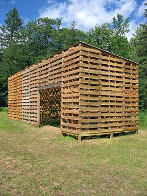 Cabane construite avec des palettes recycl esmeuble en palette meuble en pa - Comment faire une cabane en palette ...