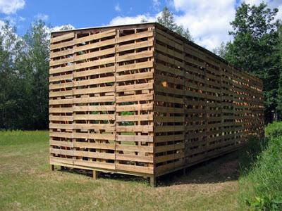 Cabane construite avec des palettes recycl esmeuble en - Construire avec des palettes ...