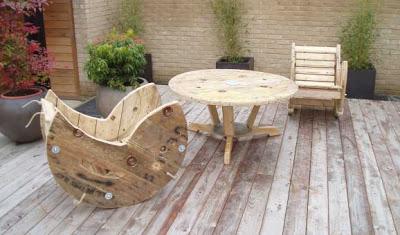 Construire une chaise berçante avec un enrouleur de câble en bois2