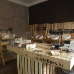 Petit magasin décoré et meublé avec des meubles de palette DIY