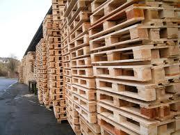 La structure du toit faite de palettes en bois recyclées
