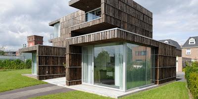 Maison fa ade recouverte de planches recycl es de bobines - Maison en palettes de bois ...