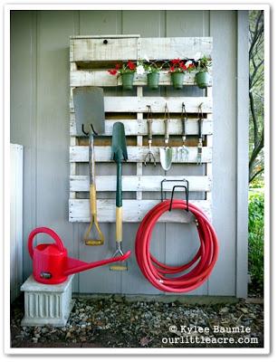 Old palette pour accrocher vos outils de jardin
