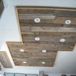 Éclairage dans une cuisine utilisant des planches de palettes en bois