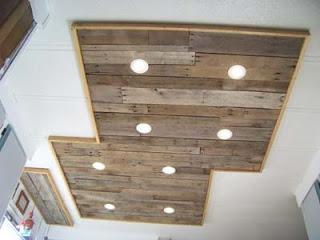 Éclairage dans une cuisine utilisant des planches de palettes en bois10