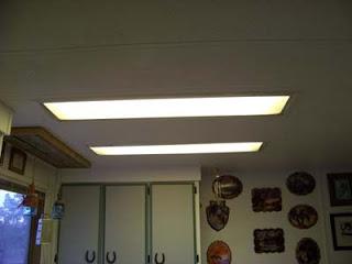 Éclairage dans une cuisine utilisant des planches de palettes en bois2