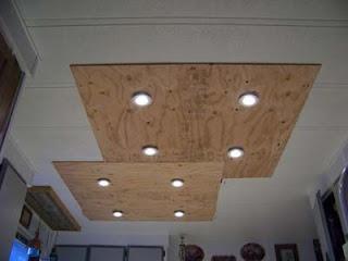 Éclairage dans une cuisine utilisant des planches de palettes en