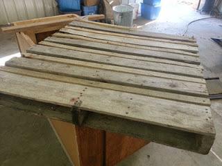 Éclairage dans une cuisine utilisant des planches de palettes en bois5