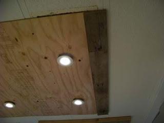 Éclairage dans une cuisine utilisant des planches de palettes en bois6