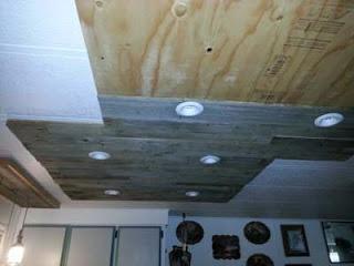 Éclairage dans une cuisine utilisant des planches de palettes en bois7