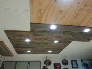 Éclairage dans une cuisine utilisant des planches de palettes en bois8
