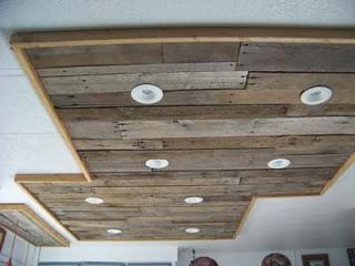 Éclairage dans une cuisine utilisant des planches de palettes en bois9