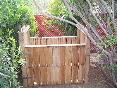 Assurez- composteur fait maison avec des palettes en bois