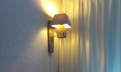 belle lampe faite avec les restes d une palette recycl meuble en palette meuble en palette. Black Bedroom Furniture Sets. Home Design Ideas
