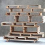 Bibliothèque asymétrique faite toute de palettes en bois
