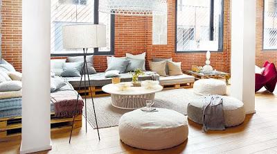 Canapé Chill-out faite avec des palettes dans un loft à Barcelone
