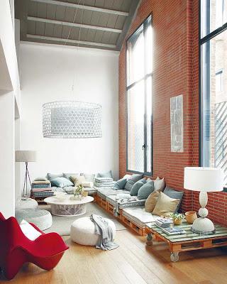 Canapé Chill-out faite avec des palettes dans un loft à Barcelone2