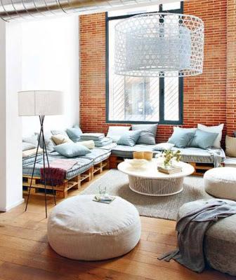 Canapé Chill-out faite avec des palettes dans un loft à Barcelone3
