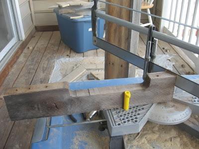 Conception d'une table hexagonale pour votre balcon faite avec des palettes en bois3