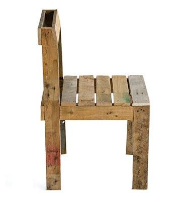 Conception simple et facile d'une table et chaise entièrement faite avec des palettes