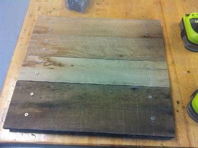 Conception simple et facile d'une table et chaise entièrement faite avec des palettes2