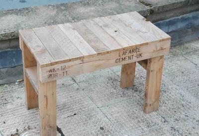Conception simple et facile d'une table et chaise entièrement faite avec des palettes4