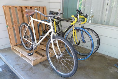 Construire un parking à vélos sur votre porche avec des palettes