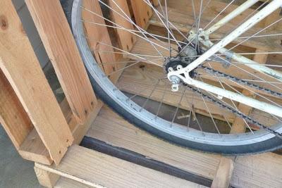 Construire un parking à vélos sur votre porche avec des palettes4