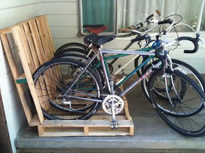 Construire un parking à vélos sur votre porche avec des palettes7