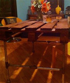 Construire un tableau avec une palette en bois et des tuyaux en acier inoxydable