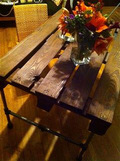 Construire un tableau avec une palette en bois et des tuyaux en acier inoxydable5