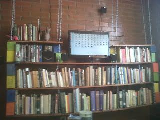 Construire une bibliothèque de palettes suspendu pour vos livres10