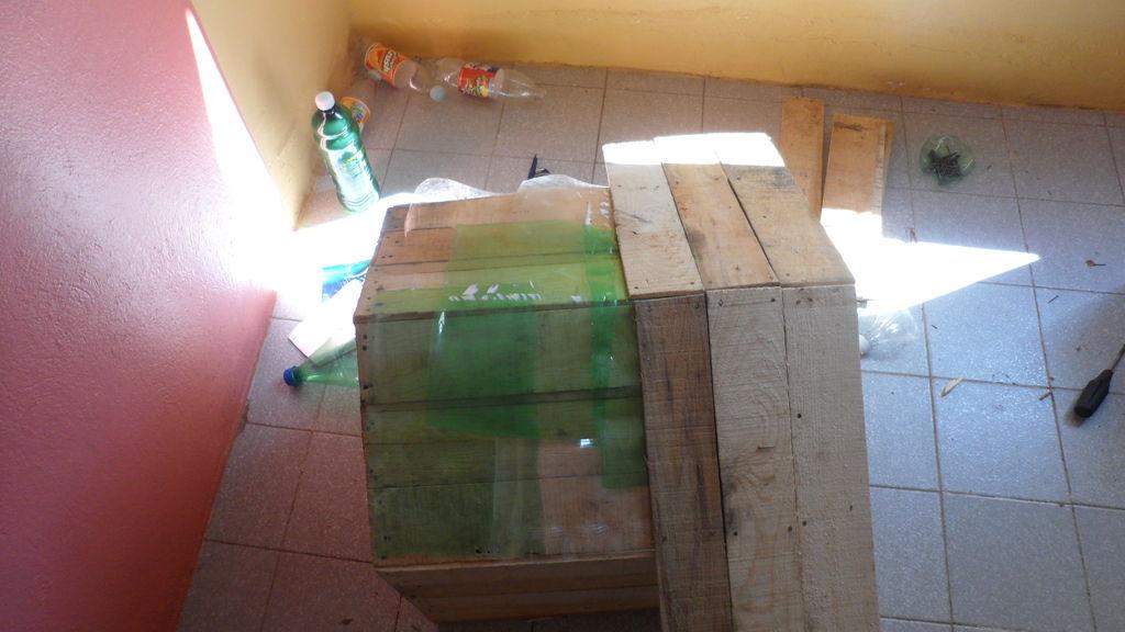 Construire une niche de palettes avec des boîtes de fruits12
