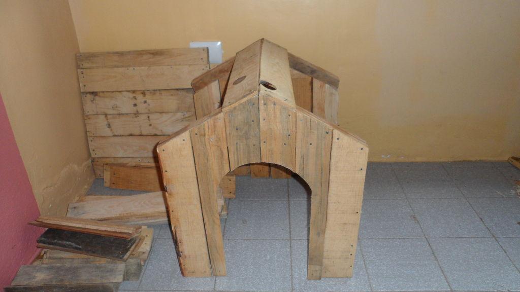 Construire une niche de palettes avec des boîtes de fruits9
