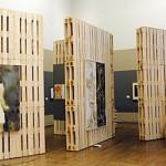 Exposant original pour une galerie d'art faite de palettes en bois recyclées