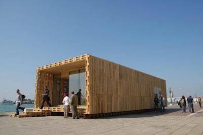 Le Paletten Haus, une maison abordable fait complètement avec des palettes en bois