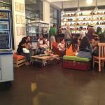 """Pub """"La Emolientería """" à Lima au Pérou entièrement meublé avec des meubles fabriqués à partir de palettes en bois"""