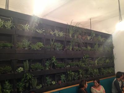Pub La Emolientería  à Lima au Pérou entièrement meublé avec des meubles fabriqués à partir de palettes en bois2