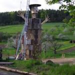 Sculpture spectaculaire d'un humain géant fait juste avec palettes recyclées