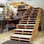 Structure d'escalier fabriqué à partir de palettes pour un loft ou un garage
